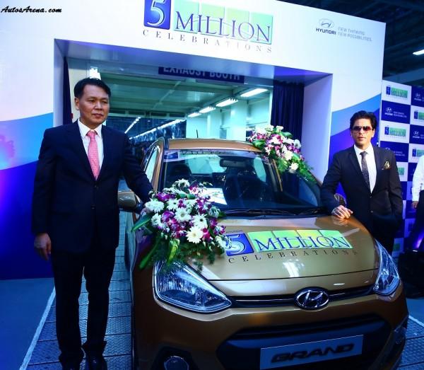 Mr. B S Seo- MD & CEO Hyundai Motor India Ltd. & Mr. Shahrukh Khan- Brand Ambassador Hyundai Motor India Ltd. at the 5 Millionth car roll-out at Hyundai Plant in Chennai(1)