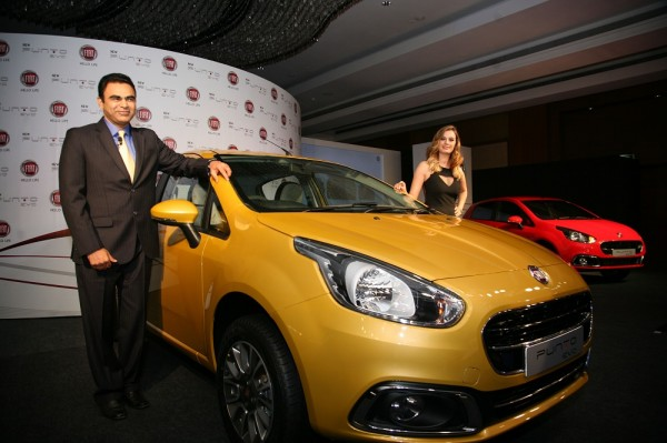 Mr.-Nagesh-Basavanhalli-MD-President-Fiat-Chrysler-India-Operations-with-Evelyn-Sharma-at-the-launch-of-Fiat-Punto-Evo