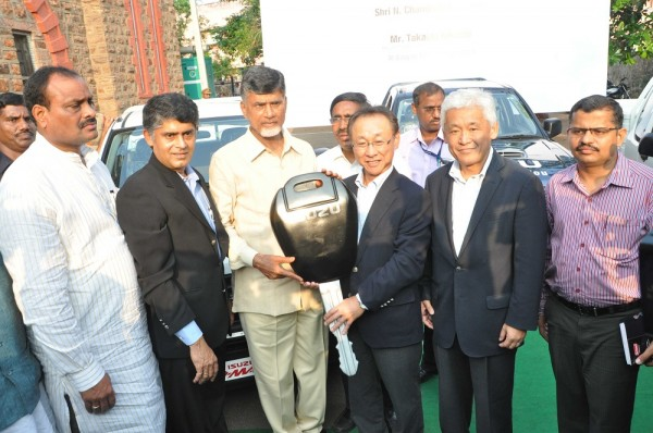 Mr. Takashi Kikuchi, MD, Isuzu Motors India handing over keys of D-Max vehicles to Sh Chandrababu Naidu, CM, Andhra Pradesh