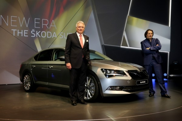Prof  Dr  h c  Winfried Vahland CEO & Jozef Kabaň Head of ŠKODA Design with the new ŠKODA Superb at World Premiere  in Prague (1)