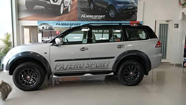 mitsubishi pajero sport select plus silver side
